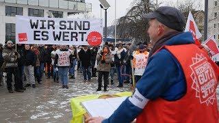 Streikende zogen für mehr Lohn durch die Siegener Innenstadt (Siegen/NRW)