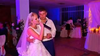 Невеста поёт для родителей, не в силах сдержать слёз