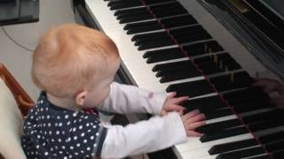 Repeat youtube video Amazing one year old child plays a piano concert