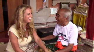 Ketut Liyer gives Gail Thackray reading in Bali
