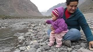 Cony tirando piedras al rio