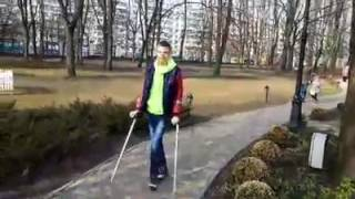 Данька наловчился ходить на костылях