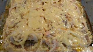 Филе минтая в духовке с луком и сырной корочкой.