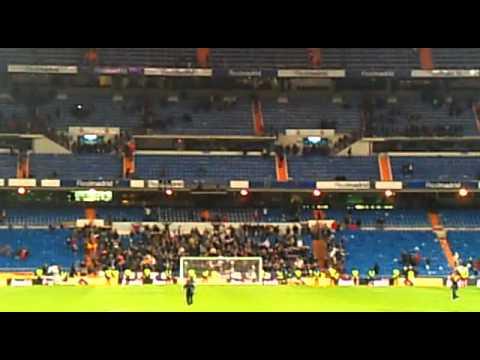 Los ultras sur cantando al final del partido, celebrando la remontada del Real Madrid