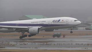 小松空港で撮影したANA Boeing 777-281 JA713A 季節外れの寒波で吹雪に...