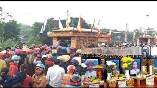 Hà Tĩnh: Người dân đội mưa tiễn đưa vc  t r ẻ cùng 2 co n thơ