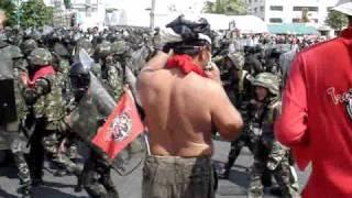 Repeat youtube video 10 เมษายน ทหาร ปะทะ นปช  ที่สะพานมัฆวานรังสรรค์ 1