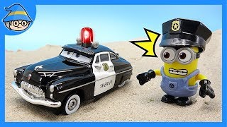 Minions became a novice policeman. Playing in the police car while playing the police