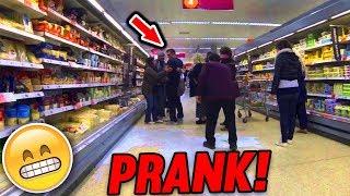 SUPERMARKT PRANK | FREMDE LEUTE PRANKEN | PEINLICHER GEHTS NICHT