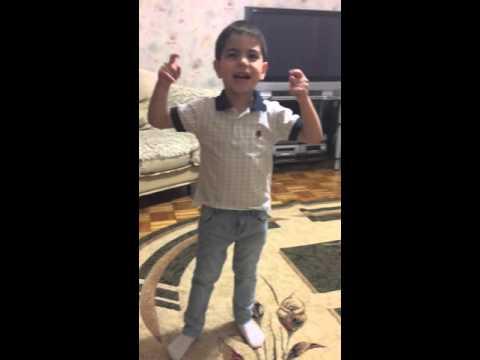 014 двухлетняя девочка поет и танцует, смешно!