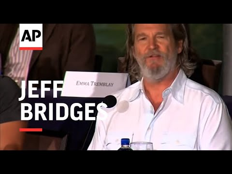 Jeff Bridges reacts to the death of Robin Williams at a press conference for 'The Giver'