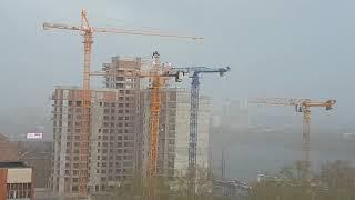 В Екатеринбурге ураган разнёс металлические листы со стройки