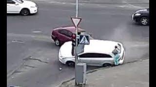 Автомобиль перевернулся и сбил человека на тротуаре.
