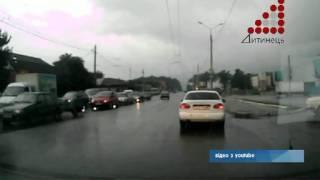 У Чернігові жінка вчепилася в капот ланоса кривдника(, 2012-09-12T06:45:39.000Z)
