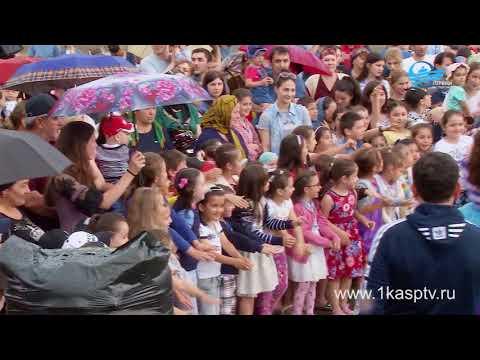 Лучшие кондитеры Дагестана приготовили гигантский чак чак для каспийчан, в честь празднования окончания священного месяца Рамадан