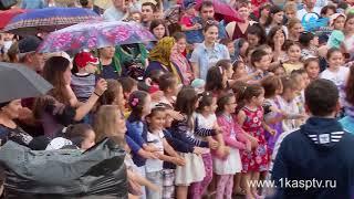 Лучшие кондитеры Дагестана приготовили гигантский чак чак для каспийчан, в честь празднования оконча