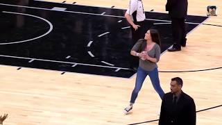 Самый Точный Бросок!!! Баскетболистка мастерски бросает зрителю сувенирную футболку в руки