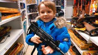 Детский магазин игрушек Играем в Войнушки в Детском мире Куча оружия для детей