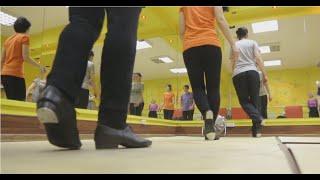 Американский степ в Танцквартале(Американский степ Танцквартале. Преподаватель Оксана Казутина. С этим видео так же ищут: степ, степ, чечетка..., 2016-05-06T08:00:32.000Z)
