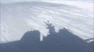 2010年12月21日 リュツォ・ホルム湾を砕氷航行中の「しらせ」に驚いてペ...