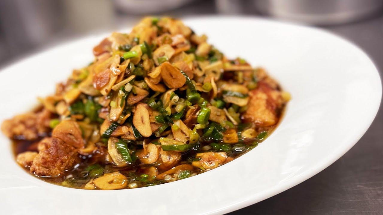 【ガリハラ】にんにく61片の油淋鶏(ユーリンチー) fried chicken with sweet vinegar and 61 Garlic Chips.