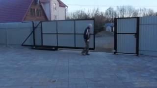 видео Установка откатных ворот. Экономим пространство