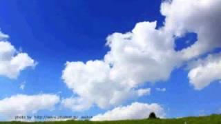 安全地帯の青空を歌いました 夢みる季節を過ぎても青いこの空変わらない...