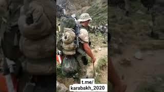 Азербайджанский горный спецназ продвигается по труднодоступной местности.
