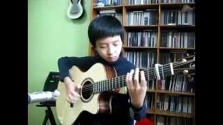 طفل يعزف بألة الغيتار أغنية للأسطورة  مايكل جاكسون