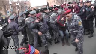 Ոստիկանները ցուցարարներին ուժով դուրս բերեցին Աբովյան   Սայաթ Նովա խաչմերուկից