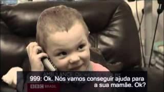 Menino de 3 anos salva a mãe ao ligar para o serviço de emergência