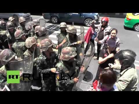 Thailand: Protesters clash with army in Bangkok