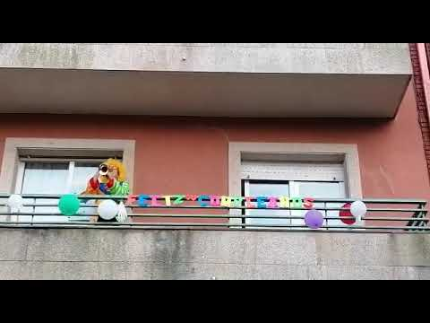 Vecinos de As Corbaceiras celebran disfrazados el cumple de Hugo