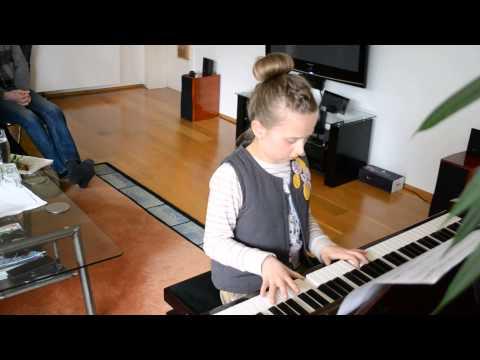 10 jähriges Mädchen spielt river flows in your auf klavier