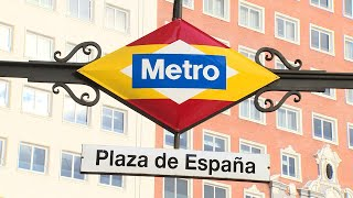 Los rombos de la estación de Plaza de España lucen los colores de la bandera nacional