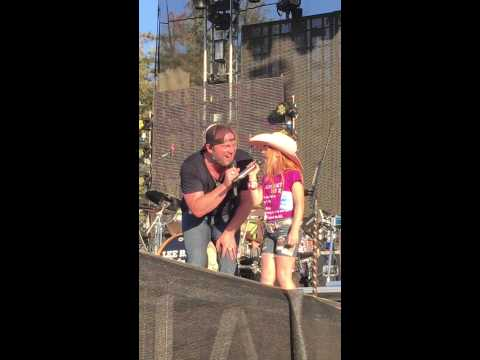 Lee Brice invites 8 year old Kiersten on stage at Country Summer to sing Parking Lot Party and more!