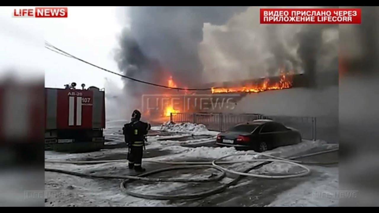 Горящий на северо-западе Москвы склад автодилера обрушился