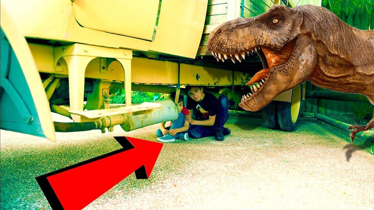 ATTAQUÉS PAR DES DINOSAURES !!! - Dinosaur attack prank & time machine