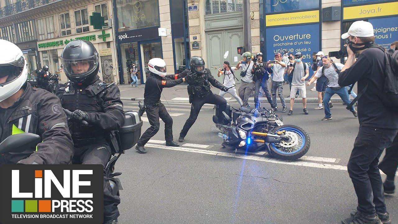 """Manifestation anti """"pass sanitaire"""" sous haute tension à Paris / Paris - France 24 juillet 2021"""