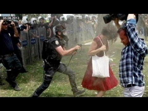 Tränengas gegen die Frau in Rot: Drei Jahre Haft für Polizeibeamten gefordert