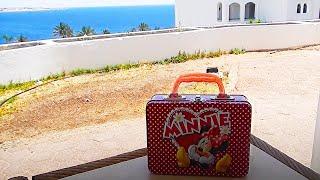 VLOG. Открываем сюрприз сундучок с игрушками и конфетами MINNIE MOUSE на море