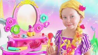 Alice finge jugar peluqueríacon juguetes de maquillaje
