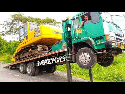 Telolet Fuso Self Loader Truck Hauling Excavator Komatsu PC200-8
