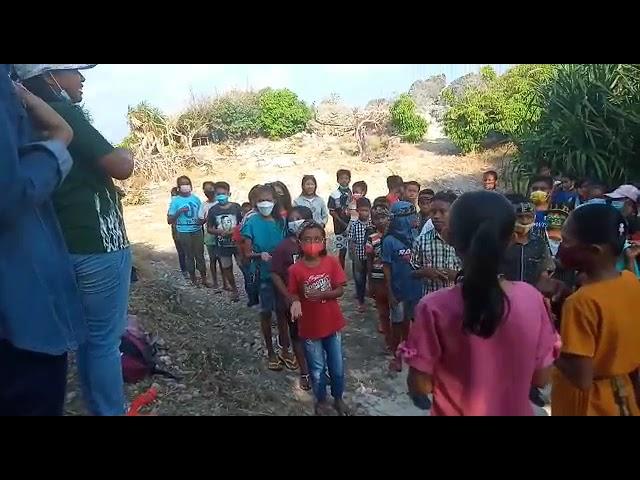 Bermain sambil bernyanyi lagu rohani. Anak-anak Pulau Sabu NTT #short