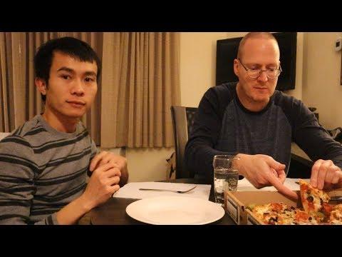 Gay Việt Chồng Mỹ ăn pizza 🍕trong Hotel  👬Long Tran USA