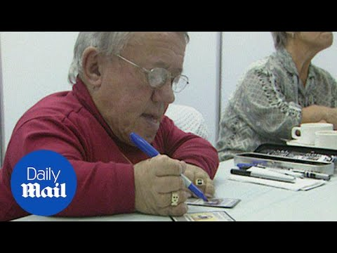 Archive: Kenny Baker signing autographs for Star Wars fans - Daily Mail