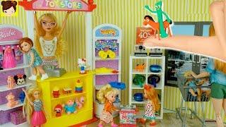 Jugando en la Jugueteria de Barbie con Sorpresas y  Bebes de Elsa y Anna - Juguetes de Titi