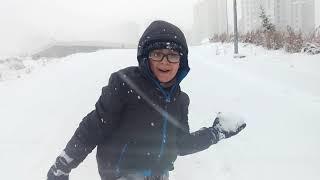 Çok kar yağdı Buğra tepsi ile yokuşlardan kaydı...