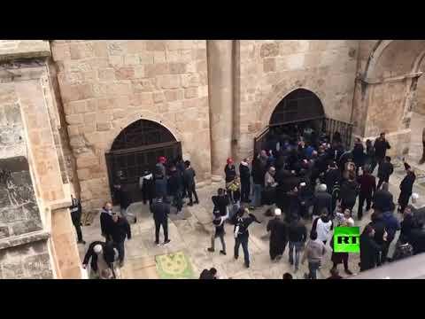 لحظة فتح المصلين لباب الرحمة في المسجد الأقصى المغلق منذ 16 عاما