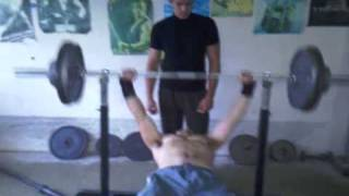Bench press fail with 135Kg filmed with potato but still funny